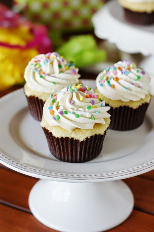 Best-Vanilla-Cupcakes-with-Vanilla-Frosting 2